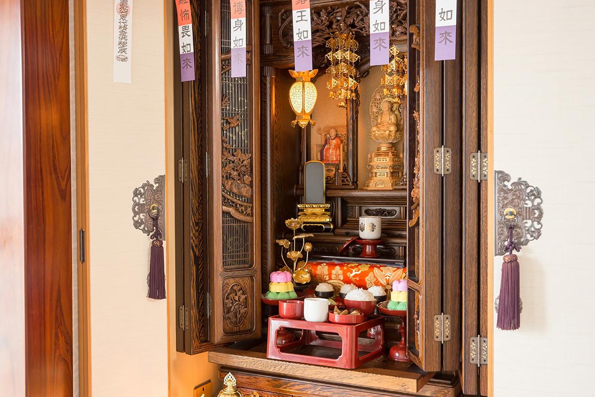 仏壇をいつ購入するのかという決まりは、とくにありません。仏壇の買い替えや家の新築・リフォームなど住まいの変化、両親の死やそれに伴う各種法要法事などをきっかけとして、購入するケースが多くなります。
