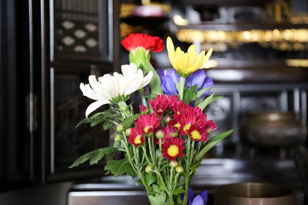 仏壇に花をお供えする時に押さえておきたいマナーや決まりとは?サムネイル